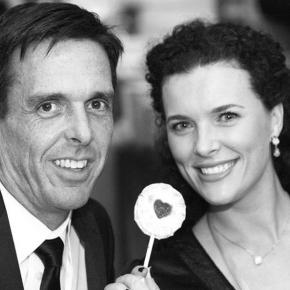 couple-holding-pop